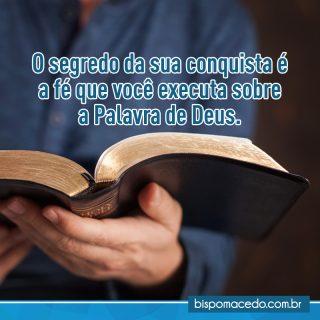 Mãos segurando uma Bíblia aberta