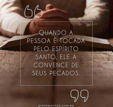Pessoa meditando na Bíblia Sagrada