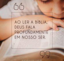 Criança lendo a Bíblia Sagrada