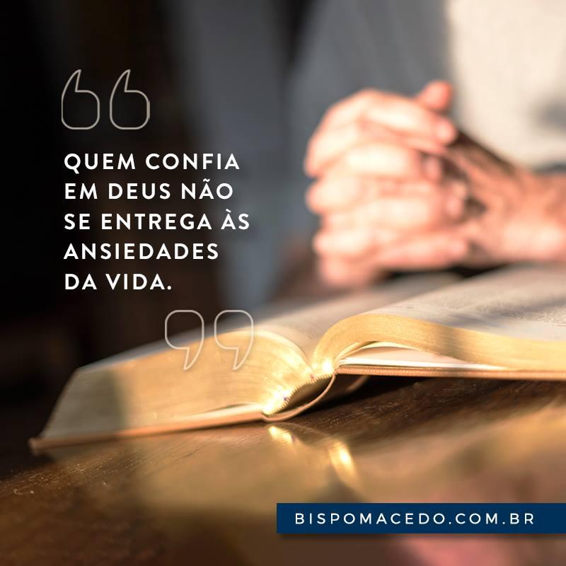 Mãos Cruzadas Em Cima Da Bíblia Sagrada Bispo Edir Macedo